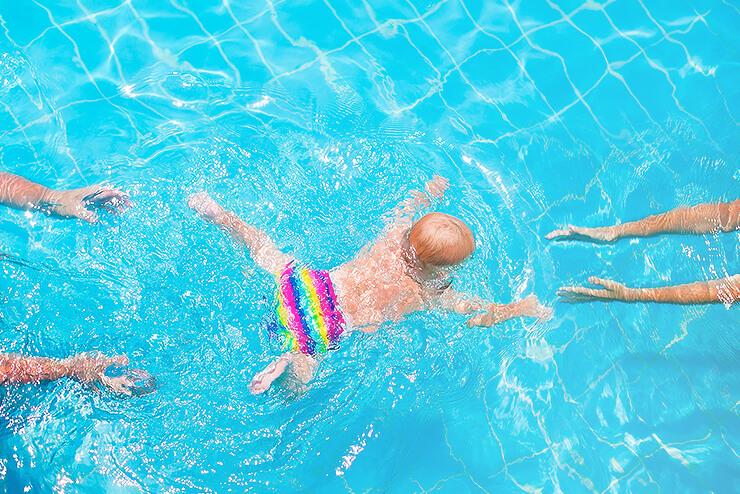 Babyschwimmen: Ab wann darf mein Kind ins Wasser?
