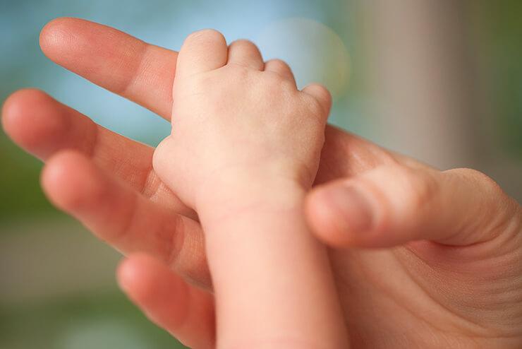 Bärenstark: Wie kräftig der Greifreflex von Babys ist